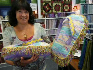 Paulette Swensen found the scening water fabric and the flip flop pillow pattern here at Wooden Spools....aren't these fun summer pillows? Love 'em!